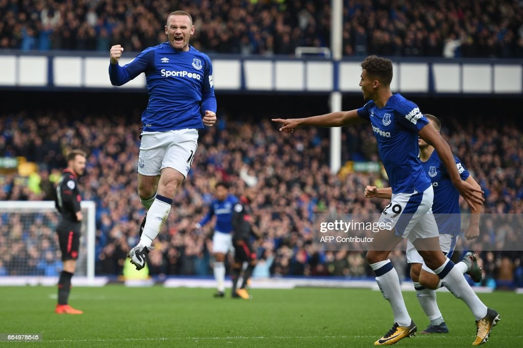 TOPSHOT - Everton's English striker Wayne Rooney (L) celebrates scoring the opening goal during the English Premier League football match between Everton and Arsenal at Goodison Park in Liverpool, north west England on October 22, 2017. / AFP PHOTO / Oli SCARFF / RESTRICTED TO EDITORIAL USE. No use with unauthorized audio, video, data, fixture lists, club/league logos or 'live' services. Online in-match use limited to 75 images, no video emulation. No use in betting, games or single club/league/player publications. /