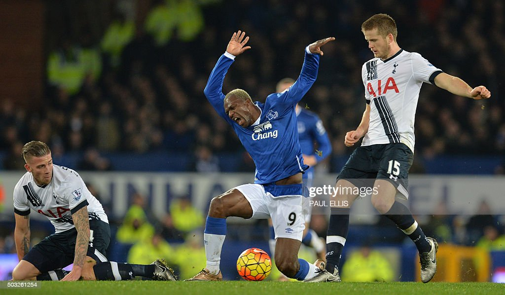 TOPSHOT - Everton's Ivorian striker Arouna Kone (2nd R) vies with Tottenham Hotspur's Belgian defender Toby Alderweireld and Tottenham Hotspur's English defender Eric Dier (R) during the English Premier League football match between Everton and Tottenham Hotspur at Goodison Park in Liverpool, north west England on January 3, 2016. AFP PHOTO / PAUL ELLIS OR 'LIVE' SERVICES. ONLINE