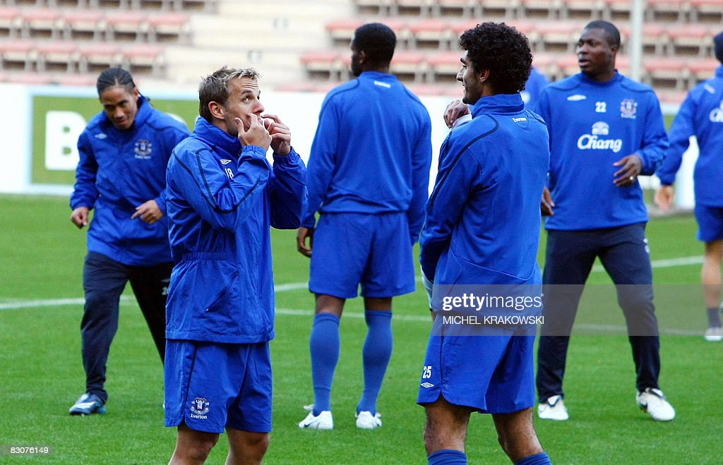 Everton's Phil Neville (L, front) and Ma : News Photo