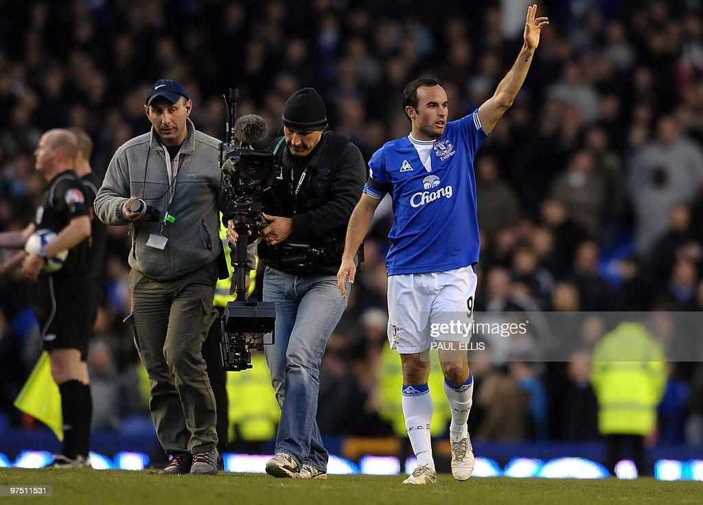 Everton's US forward Landon Donovan (R) : News Photo