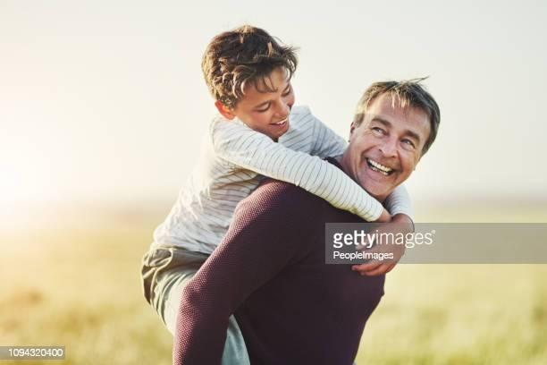 every father becomes a best friend to their son - portare a cavalluccio foto e immagini stock