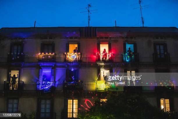 Every Friday during the confinement lives a music and dance party thanks to the residents of a building located at the intersection of Bailen and...