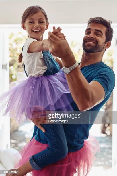elke prinses moet weten hoe walst - gewalt stockfoto's en -beelden