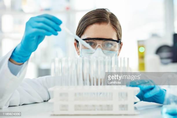 every test leads to a new discovery - bioquímico imagens e fotografias de stock