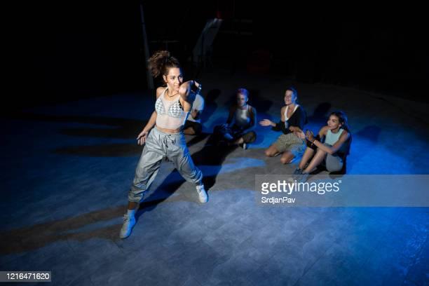 alla muntrar upp för henne - dance troupe bildbanksfoton och bilder