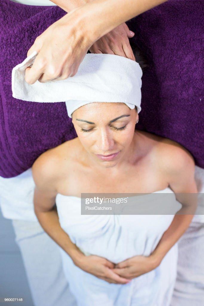 Jeder braucht eine Gesichtsbehandlung, massage : Stock-Foto