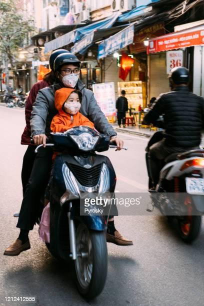 vida cotidiana nas ruas da ásia durante a epidemia do vírus corona - corona - fotografias e filmes do acervo