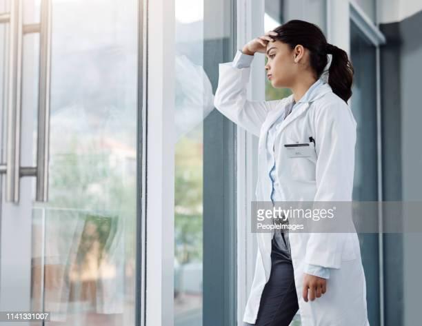 everyone in every workplace is at risk for professional burnout - esgotamento psicológico imagens e fotografias de stock