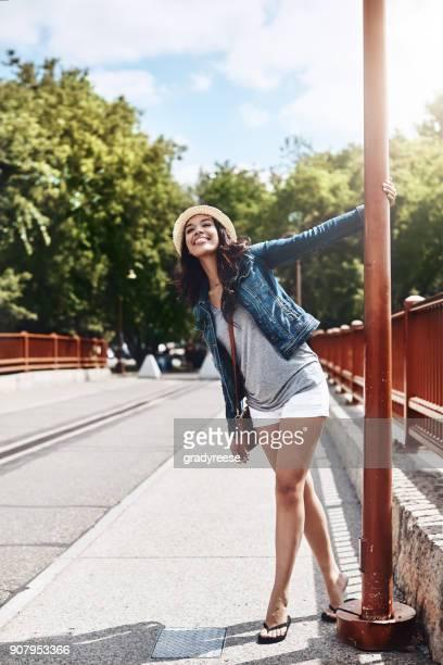 jeder ist so viel glücklicher, wenn der sommer kommt, um - junge frau allein stock-fotos und bilder