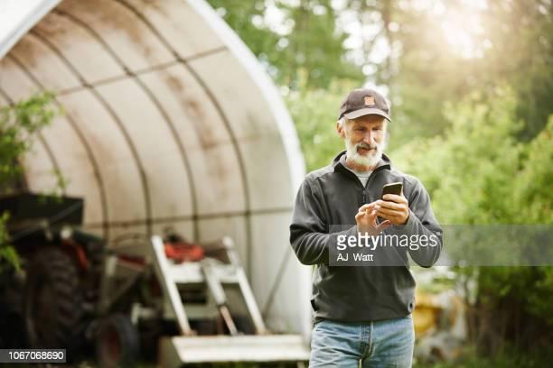jeder ist immer auf apps, auch die landwirtschaft - nordamerika stock-fotos und bilder