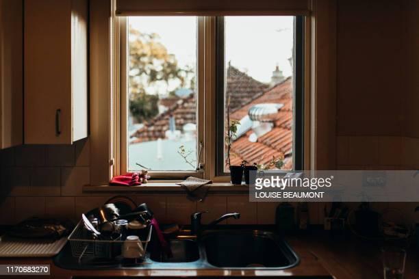 everything including the kitchen sink - regarder par la fenêtre photos et images de collection