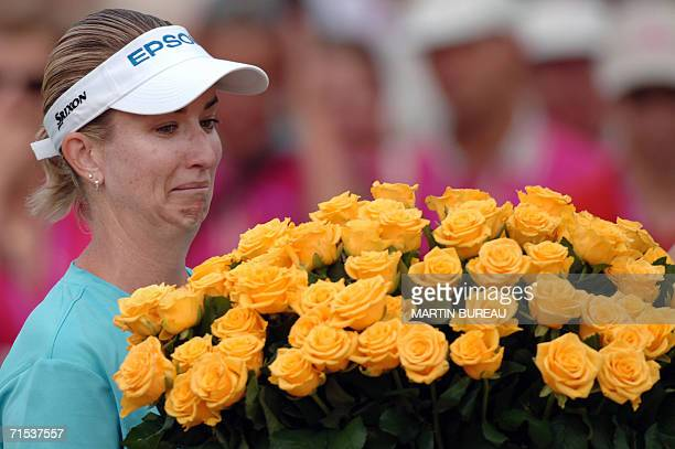 Australian Karrie Webb looks at the flowers she has been given 29 July 2006 in EvianLesBains central eastern France on the last of the four days of...