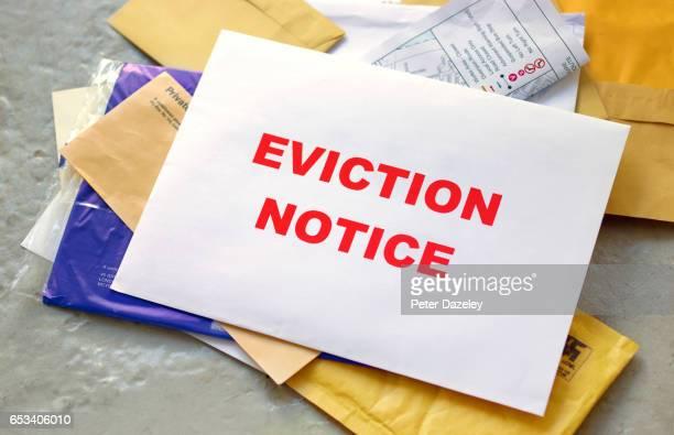 eviction notice in the post - hinweisschild stock-fotos und bilder
