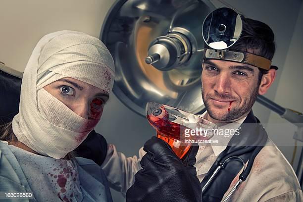Mal médico beber globo ocular cocktail da vítima mulher chocada