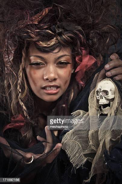 Mal femme tenant une poupée suspense