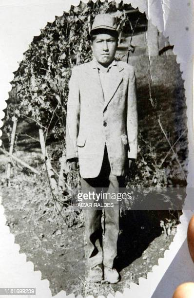 Evo Morales Ayma, líder cocalero y diputado nacional muestra la primer foto en blanco y negro que le tomaron en la ciudad de Oruro en 1967, durante...