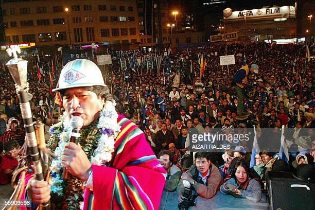 Evo Morales candidato indigena a la presidencia de Bolivia por el Movimiento Al Socialismo da un discurso el 12 de octubre de 2005 durante un acto en...