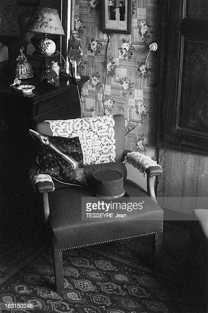 Evocation Of De Gaulle En juin 1958 dans la chambre de la Gouvernante des enfants DE CHARLES DE GAULLE objets évoquant le grand hommes des photos de...