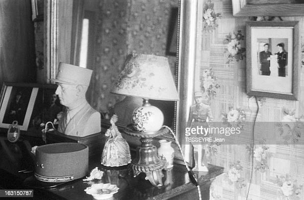 Evocation Of De Gaulle En juin 1958 dans la chambre de la Gouvernante des enfants DE CHARLES DE GAULLE posés sur une commode parmi des objets féminin...