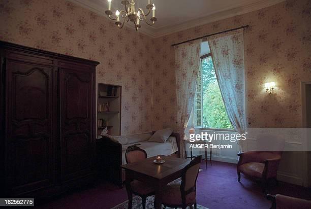 Evocation Of De Gaulle Holidays In Spain In June 1970. Meyrueis - 23 octobre 2000 - La chambre de la suite du château d'Ayres, en Lozère, où séjourna...
