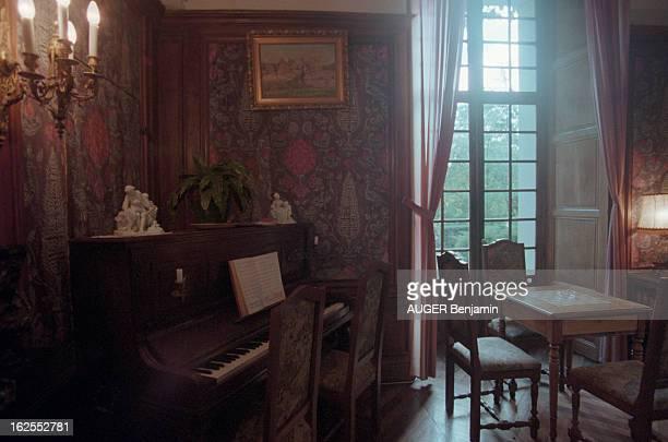Evocation Of De Gaulle Holidays In Spain In June 1970. Meyrueis - 23 octobre 2000 - Le salon avec piano de la suite du château d'Ayres, en Lozère, où...