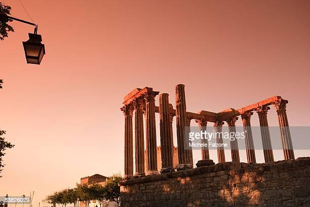 evora, roman temple / temple of diana - diana falzone stock-fotos und bilder