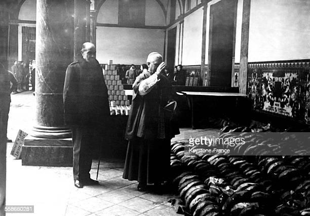 L'Evêque de Barcelone bénissant les pains destinés aux pauvres de la métropole catalane à Barcelone Espagne le 29 janvier 1931