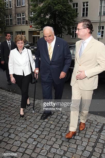 Ex Bundeskanzler Helmut Kohl Mit Seiner Freundin Dr Maike Richter Und Bild Chefredakteur Kai Diekmann Beim Bild Sommerfest In Der Ullstein Halle In...