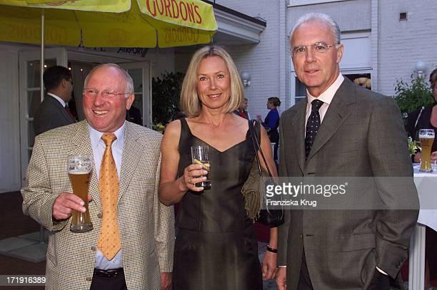 Ex Fussballprofi Uwe Seeler Fc Bayern Präsident Franz Beckenbauer Und Ehefrau Sybille Beim Empfang Zum 'Rbu Charity Golf Cup 2001' In Hamburg Am...
