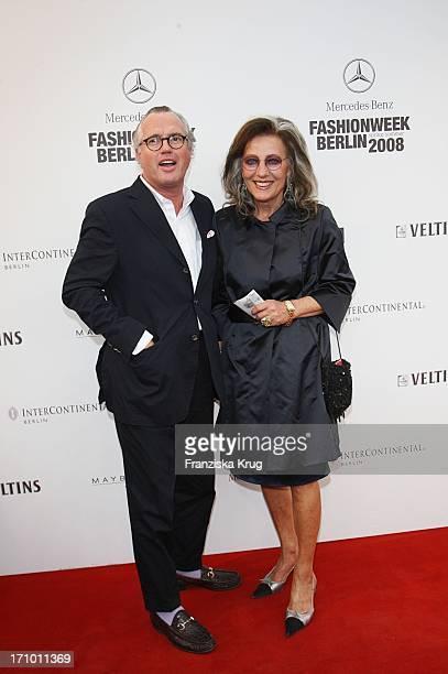 Ex Vogue Chefin Angelica Blechschmidt Und Reimer Clausen Bei Der Strenesse Modenschau Am Brandenburger Tor Bei Der 'Mercedes Benz Fashion Week 2008'