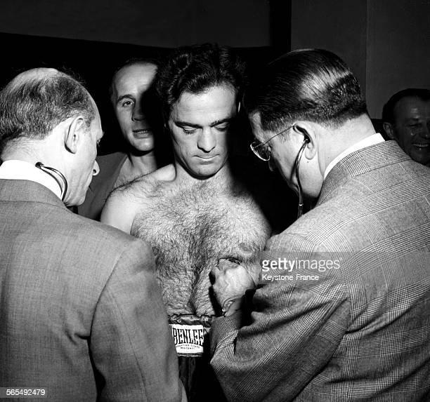 Examen médical de Marcel Cerdan puis de Georgie Abrams avant leur combat à New York EtatsUnis le 9 décembre 1946