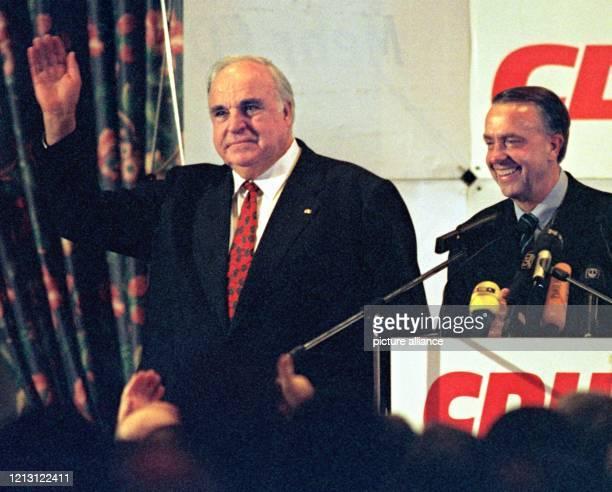 Ex-Bundeskanzler Helmut Kohl bedankt sich nach seiner Rede beim Neujahrsempfang der Bremer CDU am 21.1.2000 im Bremer Parkhotel neben dem Bremer...