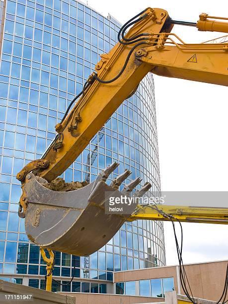 Excavator gegen Glas-Gebäude