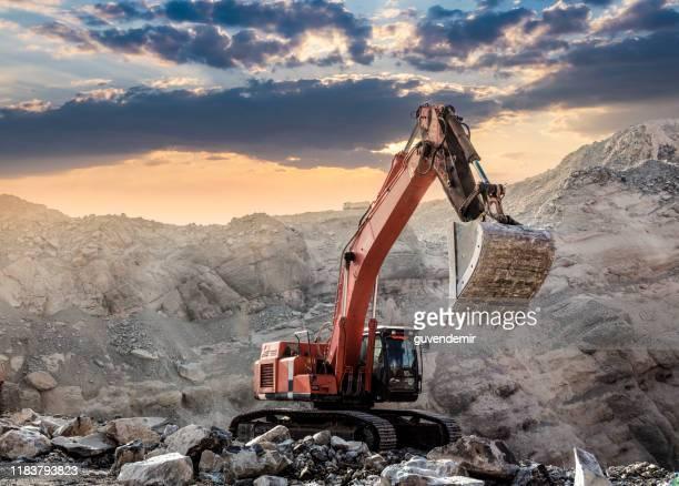 日没時の職場での掘削機 - 建設用機器 ストックフォトと画像