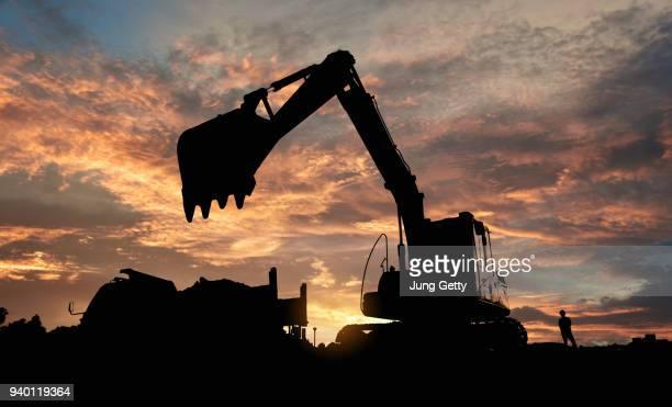 excavator blue sky heavy machine construction site soil excavate for foundation work by construction worker contractor for background construction concept - escavadora mecânica - fotografias e filmes do acervo