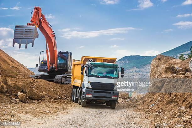 excavator dumper トラックロード - 石切場 ストックフォトと画像