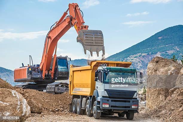 excavator dumper トラックロード - ダンプカー ストックフォトと画像