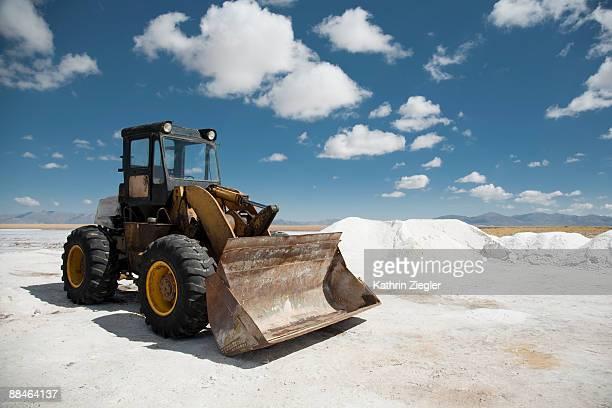excavator on salt flat - excavator - fotografias e filmes do acervo
