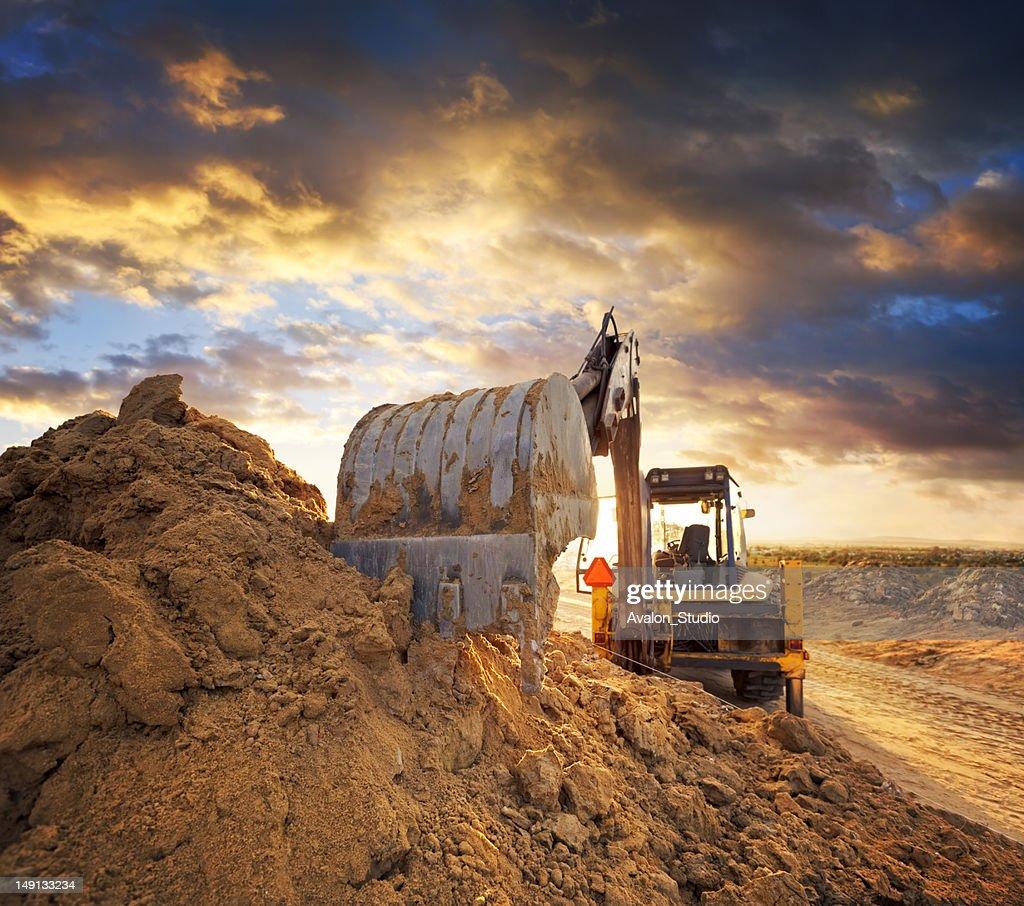 Excavator em construção de estrada : Foto de stock