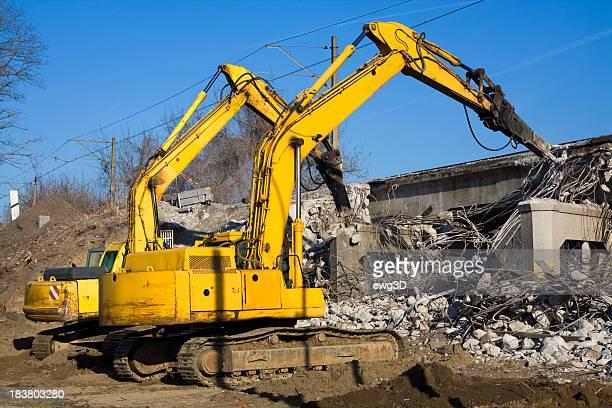Excavatrices détruire le vieux viaduct