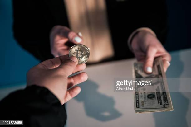 bitcoin mit us-dollar-rechnung tauschen - kryptowährung stock-fotos und bilder