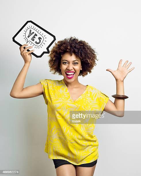 Heureux Afro femme avec bulle de dialogue