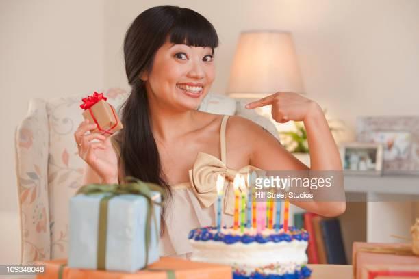 Heureux femme asiatique avec Gâteau d'anniversaire en cadeau