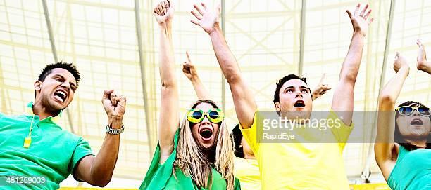 Glücklich brasilianischen Fußball-Fans feuern Sie Ihr team im Stadion