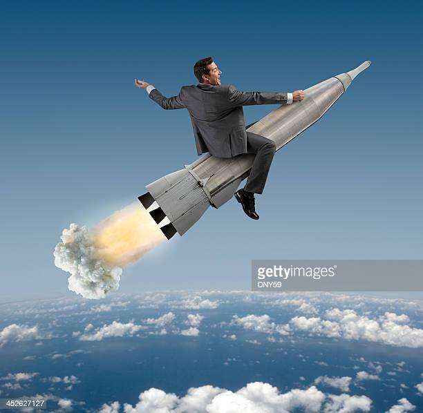 Aufgeregt Geschäftsmann auf einer Rakete