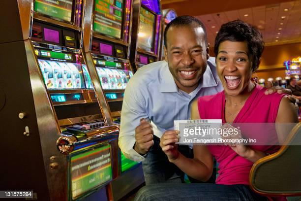 励起カップルのカジノゲームの引換券を表示