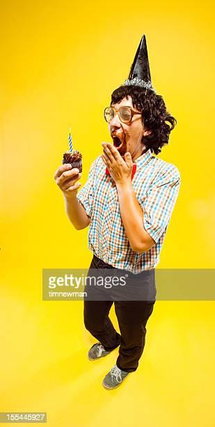 heureux manger gâteau de fête d'anniversaire ou de garçon de nerd nouvel an - anniversaire humour photos et images de collection