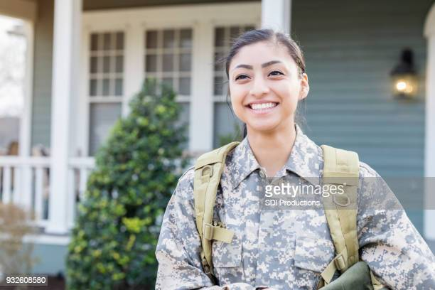 excited female soldier leaving for deployment - personale militare foto e immagini stock