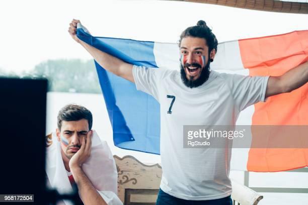 excité les supporteur de l'équipe de football français tenant le drapeau national - national team photos et images de collection