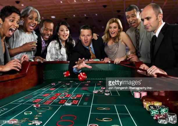カジノでクラップスの皆さんご友人とご一緒にテーブル amp \;;カジノ